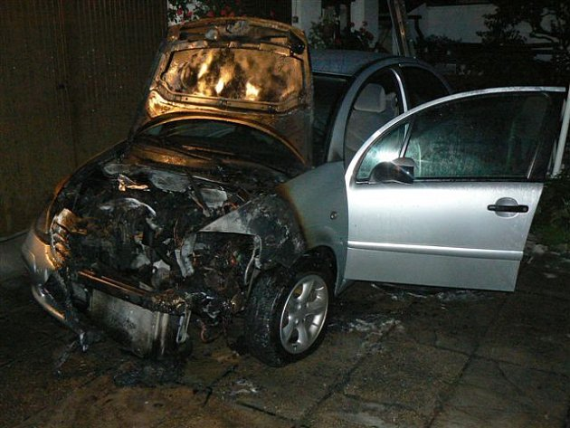 Hořící vůz samovolně popojížděl, a proto od něho vzplály i dveře do domu.