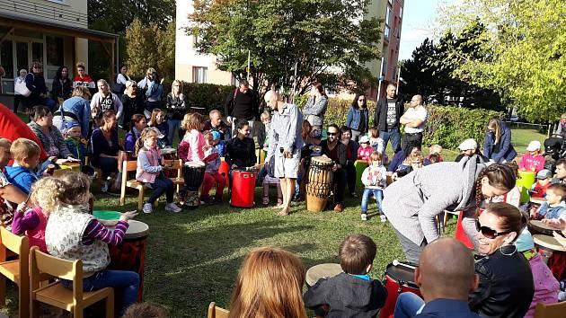 Bubnování na zahradě Mateřské školy Žežická v Příbrami.