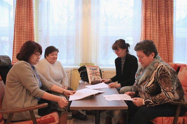 Porota dějepisné olympiády Irena Náprstková a Miroslava Vondříčková (vpravo), Jaroslava Štylerová a Milena Fridrichová (vlevo)
