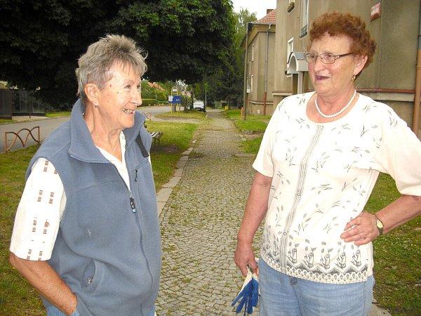Libuše Jonáková a Stanislava Hrbková vMilíně debatují onoční smršti.