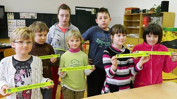 Děti a senioři vRožmitále dostali od radnice reflexní pásky.