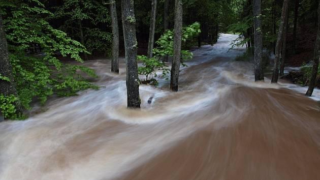 Rozvodněná Klabava u třítrubeckého zámečku při červnové povodni v loňském roce.