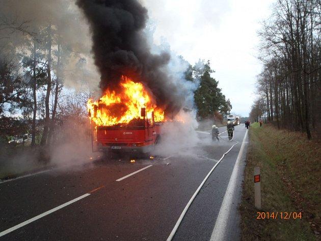 Požár autobusu v Drásově.