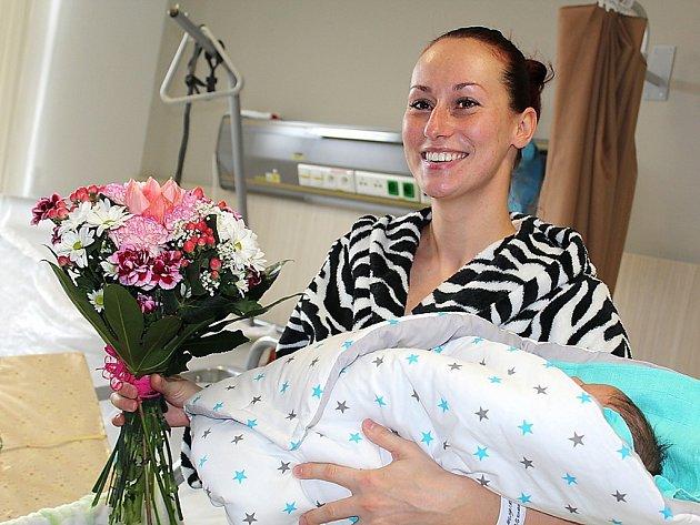 Šťastná maminka Zdeňka Milfaitová z Příbrami s malým Sebastianem při slavnostním uvítání prvního miminka roku 2017 v příbramské porodnici.