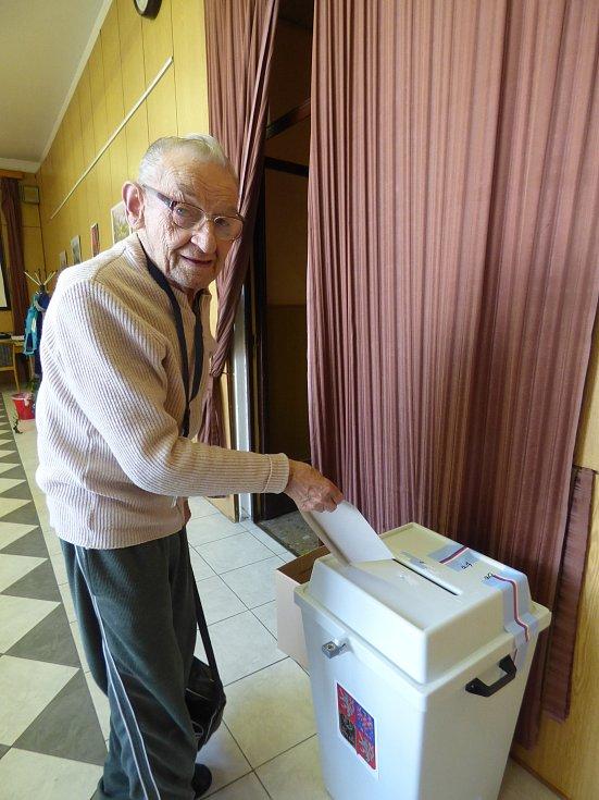 PŘED  UZAVŘENÍM  volební místnosti v sedlčanském domově seniorů vhodil lístek s kandidáty do krajského zastupitelstva František Langr. V prosinci oslaví 89 let.