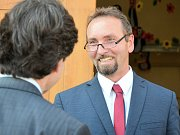 Americký velvyslanec Andrew Schapiro během rozhovoru s ředitelem tochovické školy.