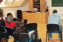Na Gymnázium Příbram zavítala Pavlína Kvapilová, zástupkyně šéfredaktora ČT24 pro Nová média a speciální projekty. Z televizních obrazovek je pak známa jako moderátorka populárního diskusního pořadu Hyde Park.