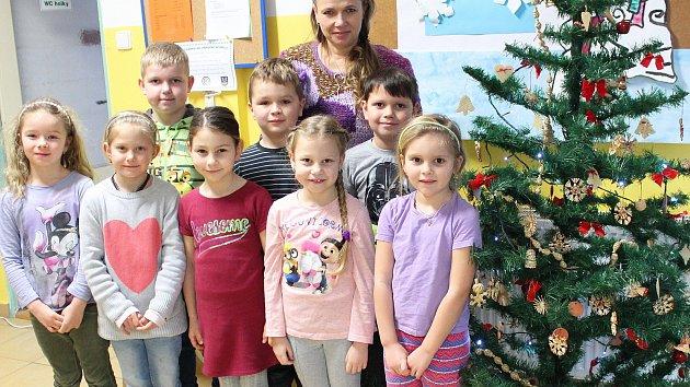 Prvňáčci ze ZŠ a MŠ Suchdol s třídní učitelkou Lenkou Novotnou.