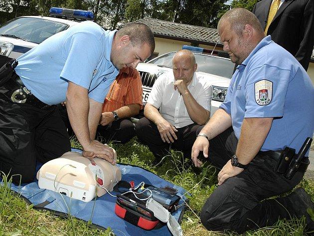 Kromě městských strážníků mají k dispozici defibrilátor i policisté a dobrovolní hasiči.