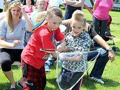 Dětský den v neděli odpoledne v Rožmitále nebyl o soutěžích, ale hlavně o zážitcích. Děti si vyzkoušely, jak se dělají obří bubliny, sledovaly pohádky, nebo si poslechly příběh člověka, který se v Americe proslavil v práskání bičem.