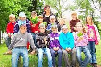 Děti z obecnické školy se zrovna vrátily z vycházky v lese.