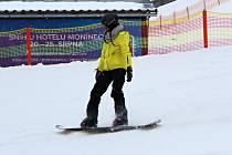 Jetřichovice - Ve středočeském areálu Monínec najdou lyžaři 50 až 80 centimetrů technického sněhu. Ve všední den je sjezdovka volná, jezdí se na ní pohodově. Areál je otevřený od 9 do 16 hodin a od 18 do 20 hodin.