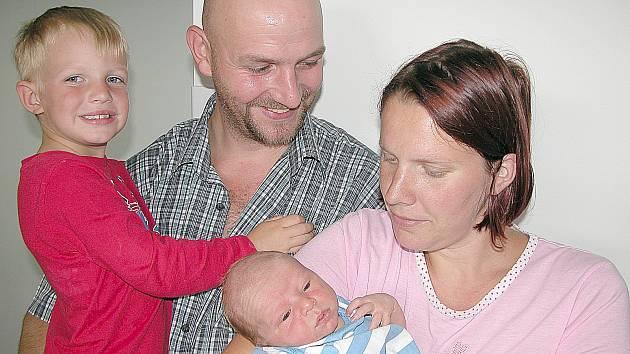Matěj Krotil se mamince Tereze a tatínkovi Miroslavovi z Mníšku pod Brdy narodil v sobotu 25. července, vážil 3,61 kg a měřil 50 cm. Klukovský svět bude bráškovi ukazovat čtyřletý Míra.