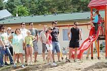Dětské hřiště a nová budova se sociálním zařízením a recepcí v pozadí