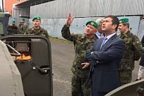 Předseda Poslanecké sněmovny Hamáček navštívil i jinecké dělostřelce.