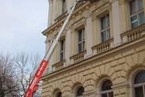 Pracovníci instalovali na budovu radnice zábramy proti holubům