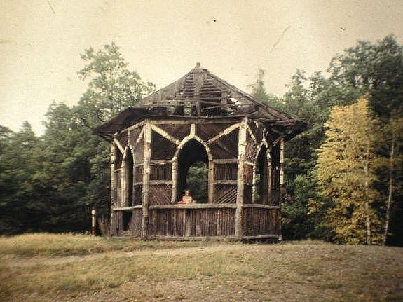 Polorozpadlý, ovšem původní altán v Královské stolici.