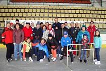Bruslení seniorů na zimním stadionu.
