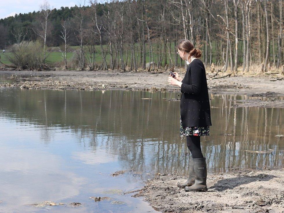 U mokřadu Jablonná. Na snímku radní pro oblast životního prostředí a zemědělství Jana Skopalíková.