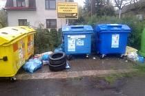 Město Rožmitál pod Třemšínem přistoupilo k monitorování krizových míst s kontejnery na tříděný odpad, kde lidé vytváří černé skládky.