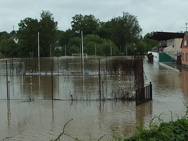 Hřiště Tatranu Sedlčany je zcela pod vodou.