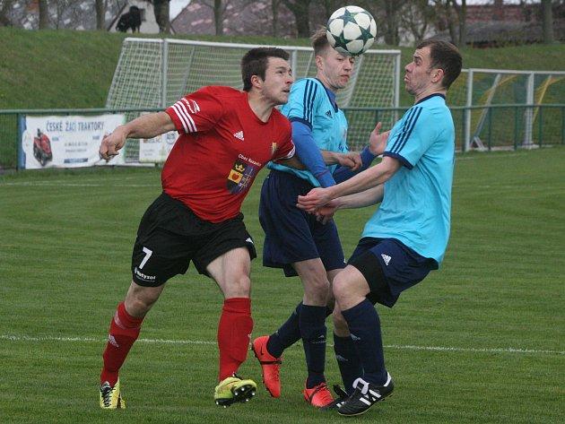 BOJ. Milínští fotbalisté ( v modrém) mají před jarními boji jasný cíl, postoupit z prvního místa okresního přeboru do I. B třídy.
