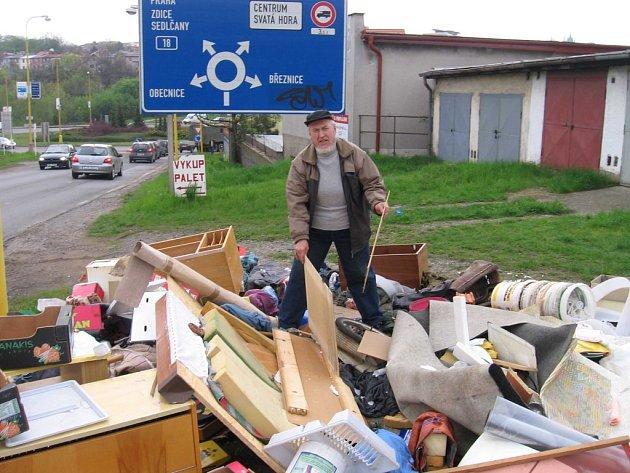 V brožurce se lidé dozví jak nakládat správně s odpadem a co dělat v případě, že objeví nelegální skládku.