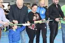 Pásku k nové hrací ploše stříhali společně zástupci města a sportovních spolků, architekt projektu, lidé ze zhotovitelské firmy a zástupci dobříšské společnosti Dokas.
