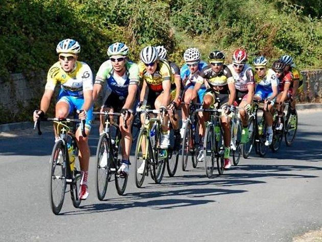 Peloton závěrečného závodu českého poháru cyklistů.