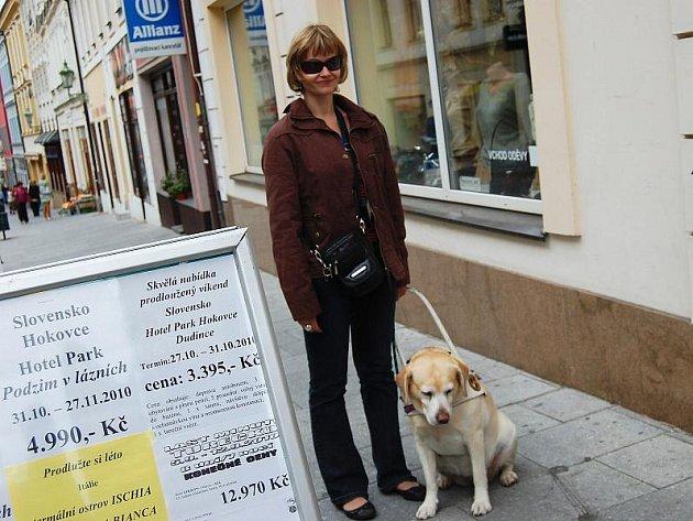 Zrakově postižená Monika Růžičková z Příbrami se svou čtyřnohou kamarádkou Florou, která jí pomáhá překonávat překážky