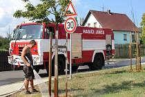 Nově vysazené stromky musí v těchto praných dnech pomáhat zalévat městům a obcí hasiči, tak jako například v Jincích.