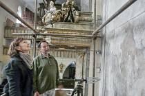 RESTAURÁTORKA  Markéta Pavlíková upozornila největší zájemce na detaily fresky přímo na lešení.