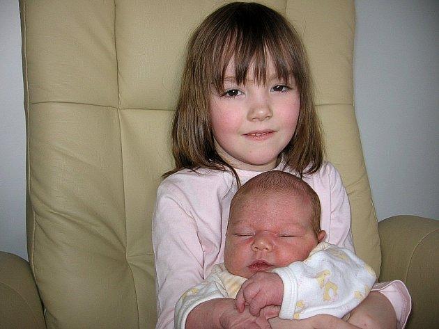 Pětiletá Terezka má velkou radost ze sestřičky Veroniky Dragounové. Ta se mamince Kateřině a tatínkovi Janovi z Příbrami narodila ve čtvrtek 14. března a v ten den vážila 3,81 kg a měřila 50 cm.
