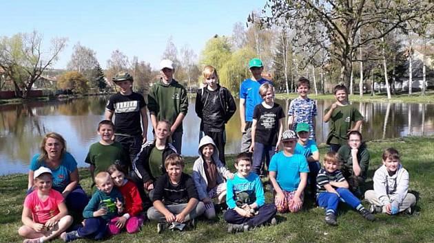 Úklidová brigáda kolem rybníku Jez v Rožmitále pod Třemšínem.