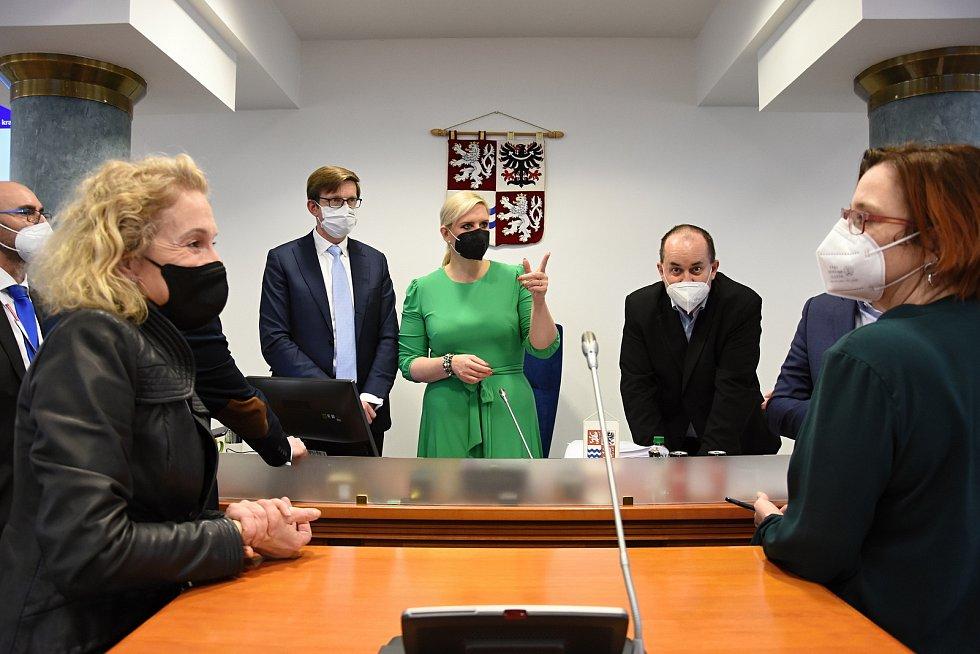 Během pondělního jednání středočeských zastupitelů se zástupci koalice STAN, Pirátů a Spojenců krátce setkali s novináři. Vyjadřovali se především ke zdražování veřejné dopravy a ke slučování středních škol.