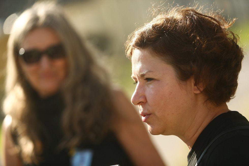 Věznice Příbram v sobotu 24. července 2021.Veronika Friebová z Yellow Ribbon Run (vpravo), v pozadí Dagmar Doubravová, ředitelka Rubikonu, nestátní neziskové organizace..
