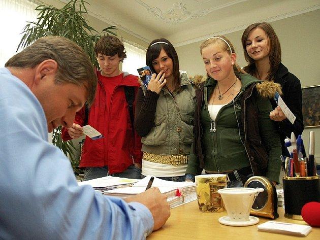 Petr Bendl se studenty