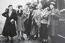 Karel Čapek a Olga Scheinpflugová s příbuznými a přáteli na Strži 1935.