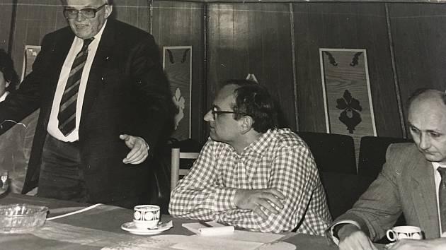 Exilový spisovatel a šachový velmistr Luděk Pachman (stojící) s inženýrem Milošem Fryšem, jednou z vůdčích osobností Občanského fóra v Příbrami.
