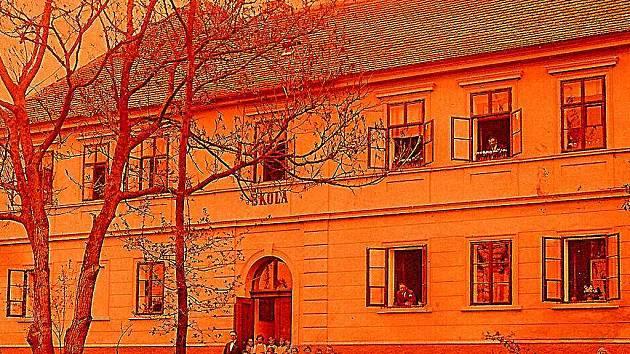 Historický snímek školy v Kosově Hoře na Sedlčansku
