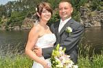 """Ve Velké u řeky si řekli své """"ano"""" Eva Zápotocká a Petr Holík. Svatba se konala v sobotu 3. července přesně v poledne."""