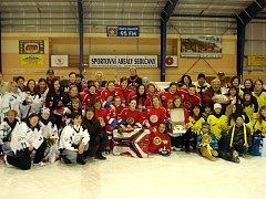 Účastnice hokejového turnaje žen.