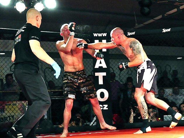 Jan Havelka takto zasadil úder Marku Pilařovi při utkání, které bylo vyhlášeno MMA nejlepším zápasem roku 2011.