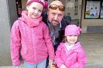 Perinbaba přilákala do kina Aleše Daňka a jeho dcery Apolenku a Emičku.