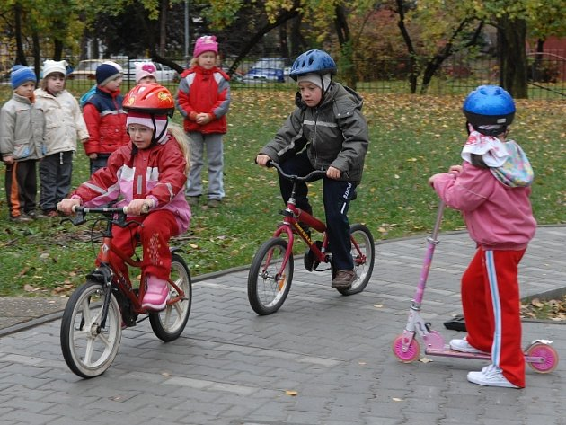 V areálu Mateřské školy 28. října v Příbrami na sídlišti bylo slavnostně otevřeno nové dětské dopravní hřiště