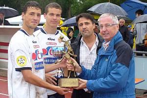 Tonda Rampa a Štefan Gazda přebírají pohár pro vítěze mezinárodního turnaje ve Stuttgartu.