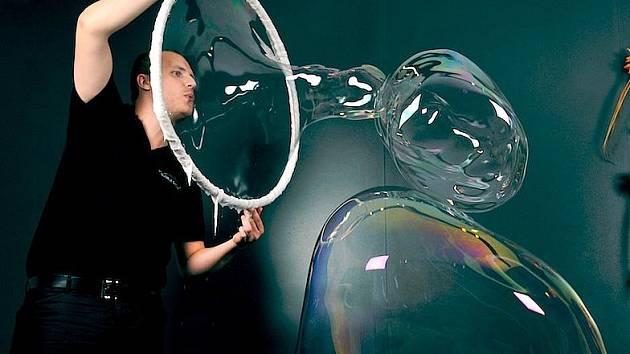 Profesionální bublinář Matěj Kodeš.