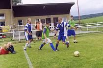 Makovan Smolotely (v modrém) na turnaji ve Věšíně podlehl Kosmosu Rymáně 0:1 a rožmitálskému Ňufff 0:2 a na postup ze skupiny mohl zapomenout.