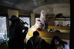 Mikuláš s andělem a čerty nadělovali o víkendu při jízdě historickým vlakem.