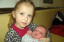 Simonka Kozelková, dcerka maminky Mirky a tatínka Luboše z Narysova, prvně otevřela očka v neděli 29. prosince, vážila 3,79 kg a měřila 50 cm. Hrát si s malou sestřičkou bude tříletá Nikolka.